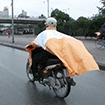 Cách mặc áo mưa an toàn khi tham gia giao thông