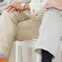 Ngồi bắt chéo chân: Lịch lãm hay tự chuốc hại?