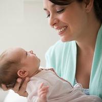 Mách mẹ cách bế trẻ sơ sinh chuẩn theo từng giai đoạn