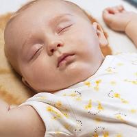 Tư thế nằm ngủ an toàn và nguy hiểm nhất cho trẻ sơ sinh
