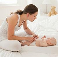 Những điều mẹ nên làm và không nên làm khi mặc tã cho bé
