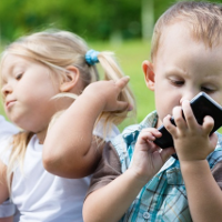Cho trẻ chơi điện thoại là đang hủy hoại cuộc đời con