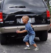Dạy con cách tránh điểm mù ô tô cực nguy hiểm