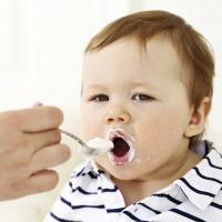 Những sai lầm tai hại từ thói quen cho trẻ ăn sữa chua