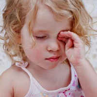 Cách chăm sóc trẻ bị đau mắt đỏ