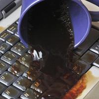 """Cách """"cấp cứu"""" nhanh khi laptop bị dính nước"""