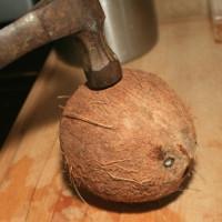 Mẹo tách vỏ dừa khô trong vòng 30 giây