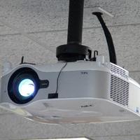 Cách chỉnh hình máy chiếu bị ngược khi treo trên trần