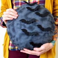 """Cách làm gối hình mặt trăng """"rùng rợn"""" cho mùa Halloween"""