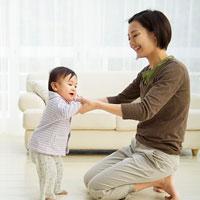 Văn mẫu lớp 4: Tả hình dáng và tính nết ngây thơ của một em nhỏ đang tập đi tập nói
