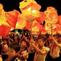 Văn mẫu lớp 5: Tả lại cảnh đêm Trung thu rước đèn vui chơi