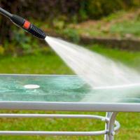 Vợ hỏi khó: Sao chồng không mua máy rửa xe tại nhà mà tự rửa?