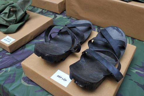 Văn mẫu lớp 8: Thuyết minh về đôi dép lốp