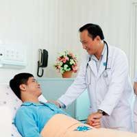 Tả một bác sĩ hoặc y tá đang chăm sóc bệnh nhân