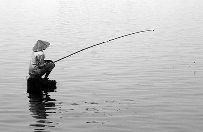Tả cụ già ngồi câu cá bên hồ